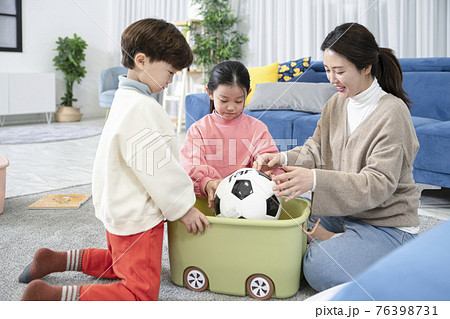 Asian mom and children, sister and brother family concept spending time at home 76398731