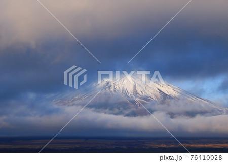 朝陽を浴びる山中湖村の雲間から顔出す富士山 76410028
