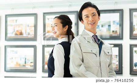 不動産業で働く男女 76410250