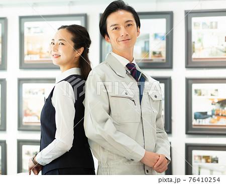 不動産業で働く男女 76410254