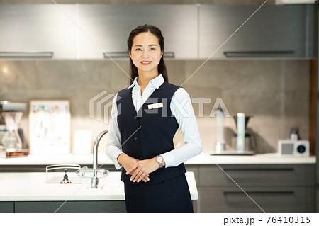キッチンを紹介するきれいな女性 76410315