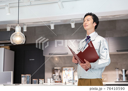 住まいの点検をする作業着を着たビジネスマン 76410590