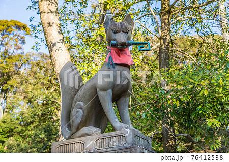 伏見稲荷大社の巻物駒狐 76412538