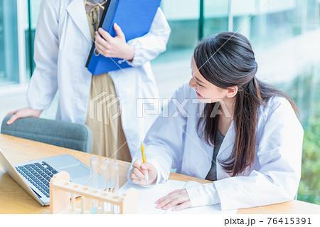 実験する若い女性 理系教室 撮影協力「近畿大学」 76415391