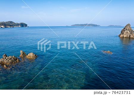 阿久根市戸柱周辺の海岸の澄んだ海と阿久根大島 76423731