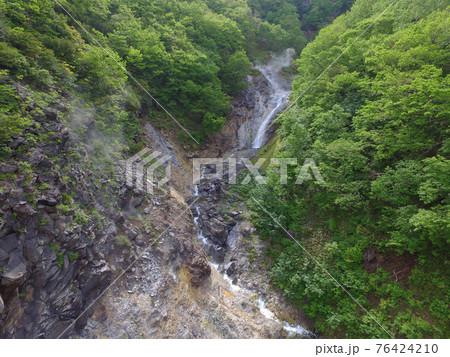 空撮・初夏のカムイワッカ湯の滝(北海道・知床) 76424210