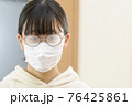 マスクで曇ったメガネ(室内) 76425861