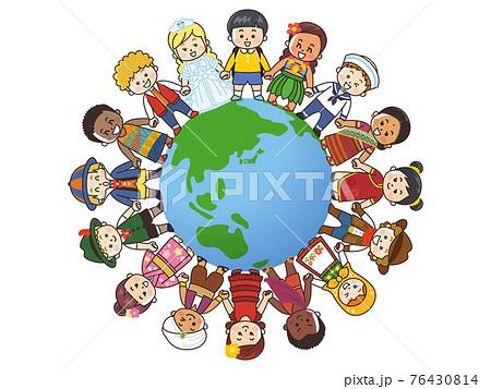 手を繋ぎ輪を作る世界の子供たち 地球 76430814
