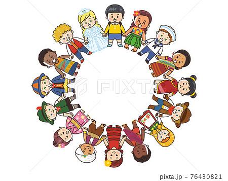 手を繋ぎ輪を作る世界の子供たち 76430821