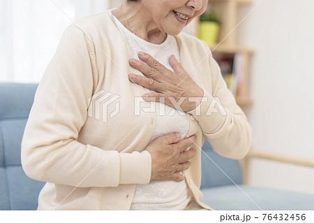 体調不良のシニア女性 胸痛 胃痛 ボディパーツ パーツカット 76432456
