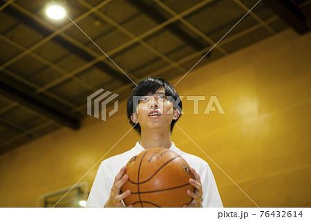 バスケ部の高校生 76432614