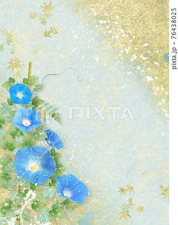 青い朝顔が咲く金色和紙の背景の夏のイメージ 76438025