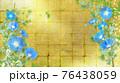 青い朝顔が咲く金屏風の背景の夏のイメージ 76438059