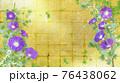 紫色の朝顔が咲く金屏風の背景の夏のイメージ 76438062