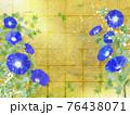 藍色の朝顔が咲く金屏風の背景の夏のイメージ 76438071