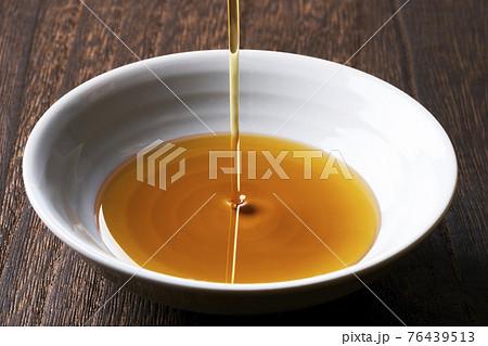 お皿にそそがれているごま油 76439513