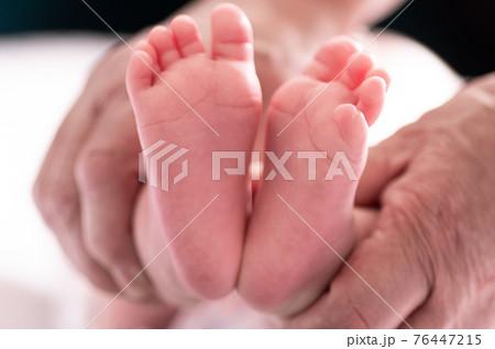 新生児の足 76447215