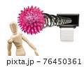 テレビ画面から出てくるコロナウイルスに殴打されるデッサン人形 76450361