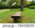 木製のベンチと新緑 76458039
