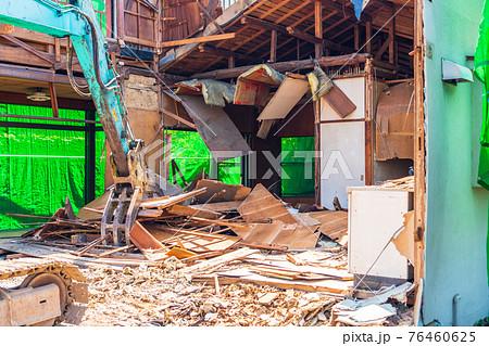 パワーショベルで家屋の解体工事 76460625