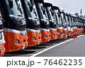 車庫に並ぶ空港リムジンバス 76462235