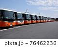 車庫に並ぶ空港リムジンバス 76462236