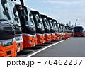 車庫に並ぶ空港リムジンバス 76462237