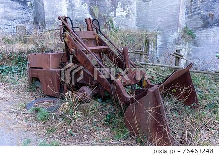 千葉県鋸山の岩舞台にて、廃墟の車(ショベルローダ) 76463248