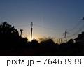 東京都杉並区 堀之内 夕日と飛行機雲 76463938