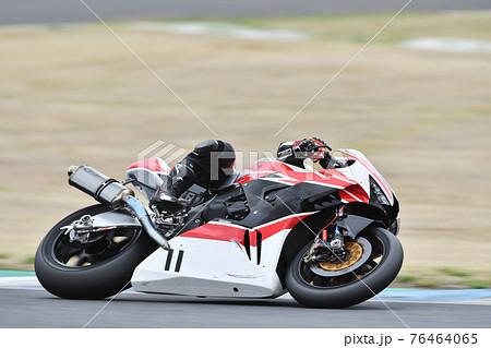 オートバイのレース 76464065