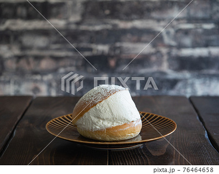 イタリアスイーツのマリトッツォ。新鮮な生クリームをパンで挟んだスイーツパン。 76464658