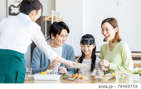 ファミレスの若い家族 76469759