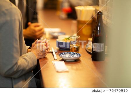 居酒屋で話をする男女 76470919