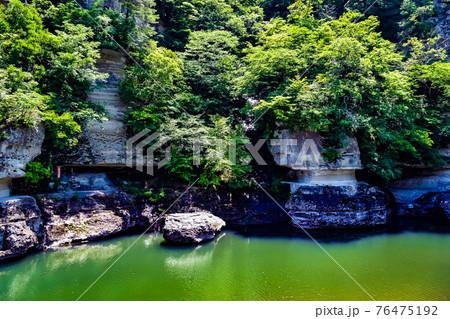 福島県南会津郡にある塔のへつりの夏の奇岩風景 76475192