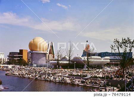 <大阪府>大阪万博、噴水のある夢の池の奥に見える化学工業館(中央)とリコー館(左) 76479114