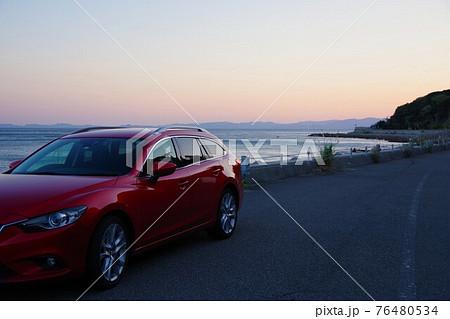 ドライブイメージ 日没に海沿いをドライブ 76480534