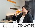 ビジネスホテルでビールを飲んでくつろぐ男性 76489745