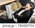 ビジネスホテルでゆっくりする男性 76489754