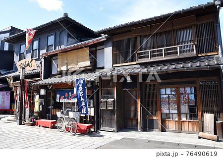 犬山城下町の昭和横丁のある町並み 76490619