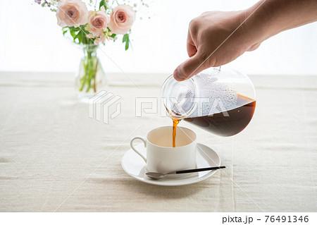 ハンドドリップしたコーヒーを注ぐ 76491346