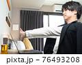 ビジネスホテルで仕事をする男性 76493208