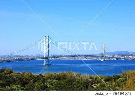 橋のみえる丘から見た明石海峡大橋 76494072