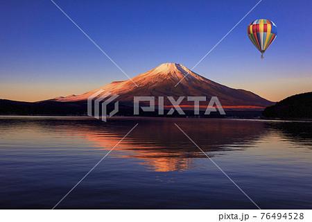 富士山上空に漂うバルーン 76494528