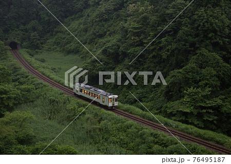 新潟県小千谷市・JR飯山線 夕暮れの谷を走る旅情満点の単行列車 76495187