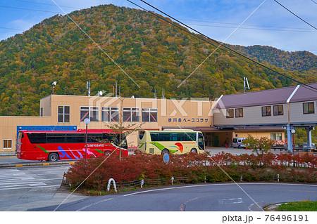 群馬県の谷川岳ベースプラザ(谷川岳ロープウェイ土合口駅)のロータリー 76496191