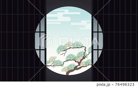 丸窓障子からみる松の庭風景 76496323