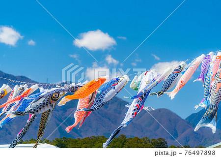 大空を泳ぐ鯉のぼり 【長野県】 76497898