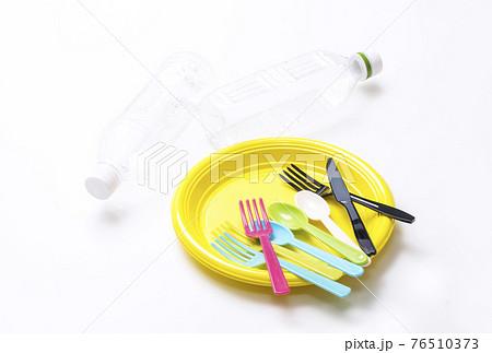 プラスチック製品 プラスチックのフォークとスプーンとペットボトル イメージ素材 環境問題  76510373