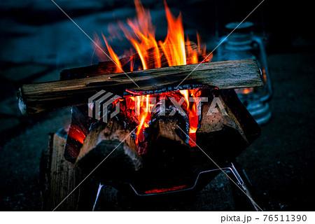 焚火でキャンプファイヤー 76511390