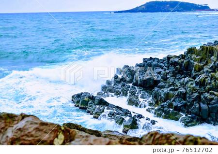 東尋坊の岩場に白波立てて波打つ景色 76512702